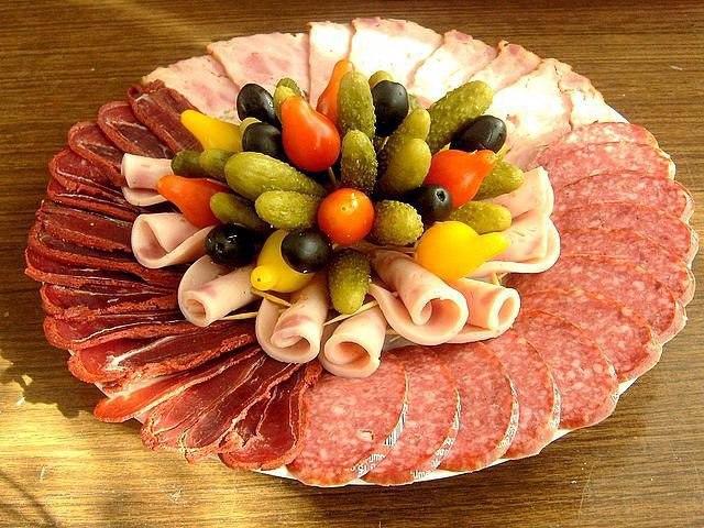 Красивая мясная нарезка на стол